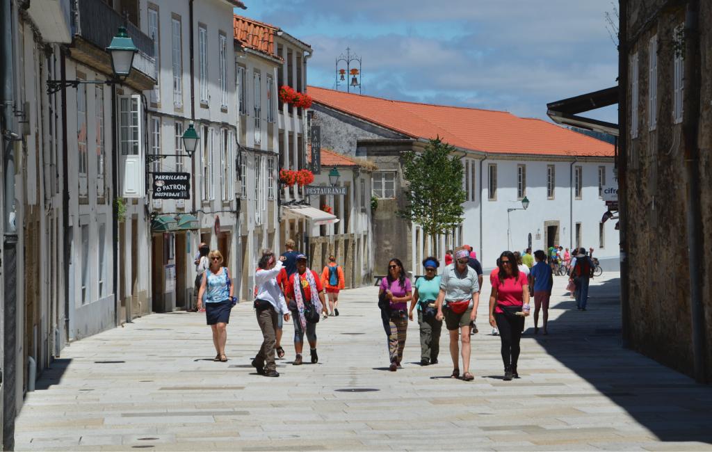 Reurbanización Calle Carretas en Santiago - Vista con gente